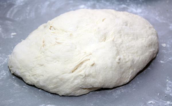 В итоге должно получиться довольно мягкое тесто, не прилипающее к рукам.  Для вымешивания и  раскатки теста скорее всего понадобится еще мука, так что я указываю ее в ингредиентах.