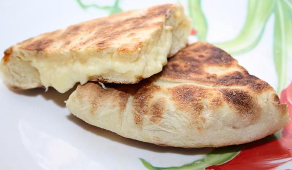 Удобнее всего разрезать эти хачапури как пирог и сразу же подавать, пока они горячие и сырная начинка не застыла.