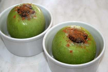 Начинить яблоки приготовленной смесью.