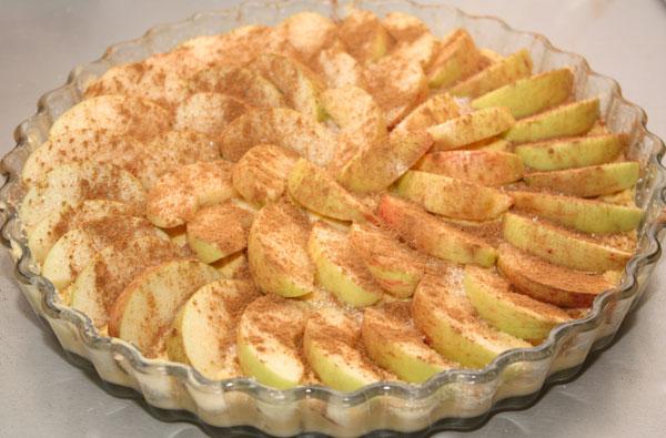 Яблоки посыпаем сахаром и корицей. Для лучшей карамелизации можно еще разложить небольшие кусочки масла, но я решила сэкономить калории и этого делать не стала.
