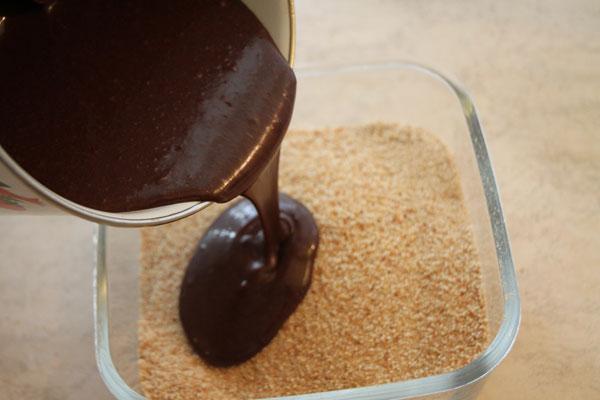 Теперь смешиваем сухарную крошку и шоколадный крем. Это лучше делать в посудине побольше.