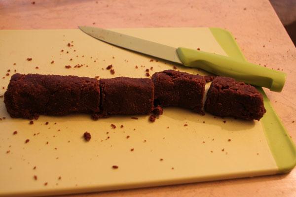 Для формирования картошек лучше сначала формировать из теста колбаски, разрезать из на одинаковые кусочки и катать из них шарики или брусочки.