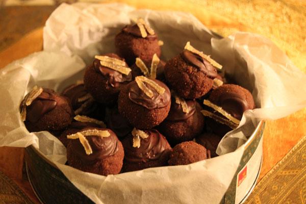 Теперь ждём когда шоколад застынет, для этого можно поставить пирожные в холодильник. Следите только чтобы шоколад не «поседел». Вкуснее всего пирожные, конечно, на следующий день, когда они хорошенько пропитаются.