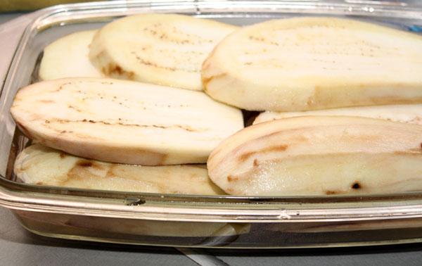 Баклажаны нужно очистить, нарезать вдоль или поперек кусочками толщиной 1-2 см, хорошо посыпать солью, залить водой и оставить так на 30-40 минут.  Это нужно не только для того, чтобы избавиться от возможной горчинки в баклажанах, но и для того, чтобы они впитывали меньше масла при обжаривании.