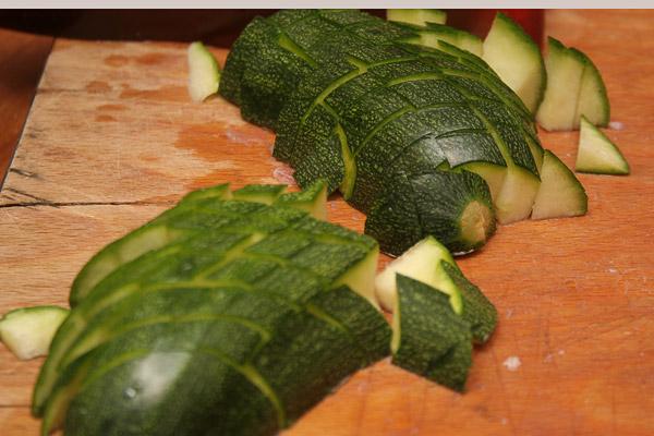 Нарезать маленькими кубиками овощи: цукини, баклажаны, паприку и грибы.