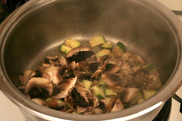 Далее все готовится на сильном огне и постоянно перемешивая. Добавить в сковороду грибы.