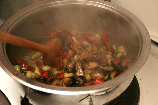 Добавить цуккини, баклажаны, паприку, маслины.