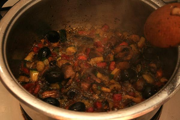 Обжарить овощи 3-5 минут.
