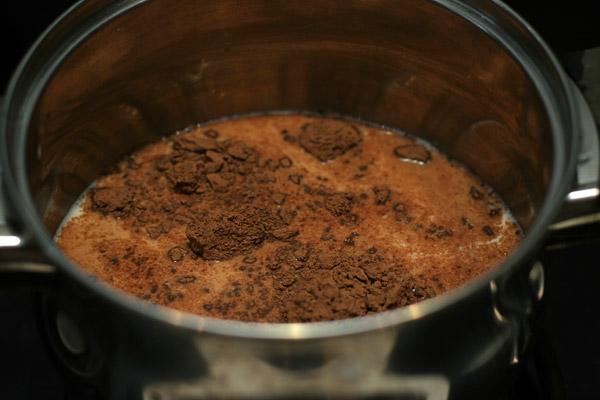 Из молока и какао-порошка сварить какао согласно инструкции на упаковке.
