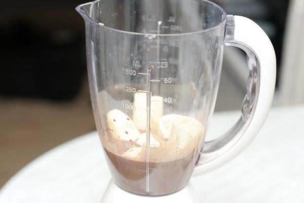 Какао остудить и перелить в блендер. Банан очистить, крупно порубить и добавить в блендер.