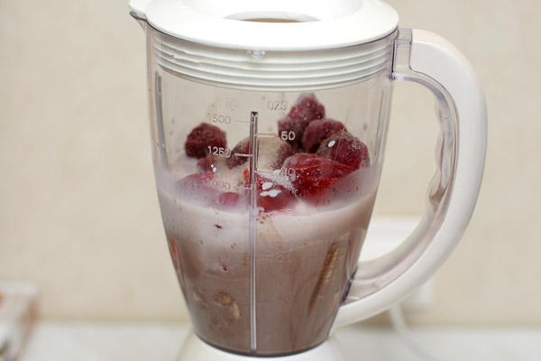 Добавить туда же и замороженную клубнику, молоко, ванильный сахар, сахарную пудру.    Взбить массу в пышную пену, разлить по бокалам и немедленно подать!