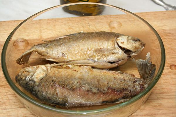 Форму для запекания слегка смазать маслом, уложить рыбу.