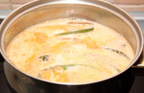 Теперь осталось лишь добавить кокосовое молоко, довести суп до кипения и положить туда очищенные креветки. Тайцы почему-то оставляют у креветок самые хвостики неочищенными, я последовала их примеру.