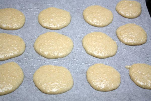 Готовое тесто нужно выложить на противень, покрытый бумагой для выпечки. Для верности я еще смазала ее немного маслом.