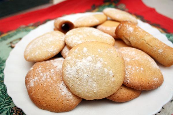 Готовое печенье можно подавать как есть, либо сложить по 2 печенья вместе, смазав плоскую сторону горячим шоколадом, кремом или повидлом.  Кстати, пока печенье горячее, оно довольно пластично и ему можно придать практически любую форму. Я свернула из него пару трубочек, что можно увидеть на фотографии ))