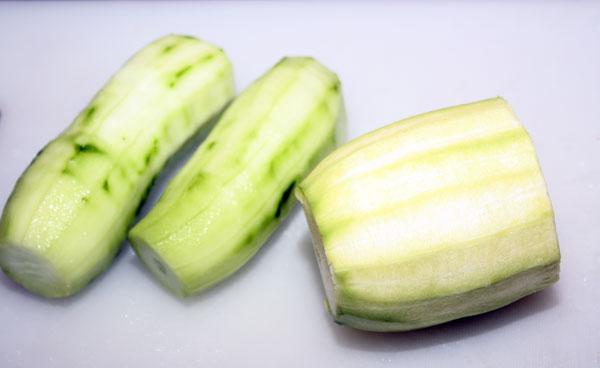 Огурцы и кабачок очистить от кожицы. Если они молодые, то семена можно не трогать, в противном случае нужно очистить овощи и от семян.