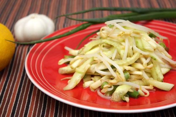 Перемешать все ингредиенты салата, добавить заправку и сразу же подавать.  Приятного аппетита!