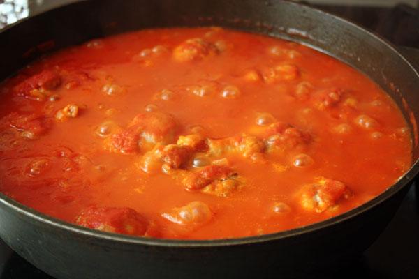 Курицу с соусом закрыть крышкой и тушить на очень слабом огне около часа.
