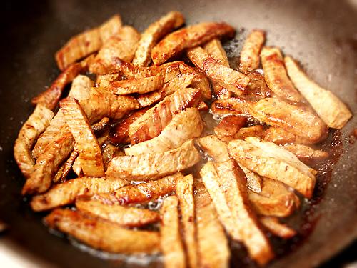 Обсушиваем мясо бумажным полотенцем и обжариваем на сливочном масле. Слегка подсолим. Снимаем сковороду с огня и ставим просто в теплое место.