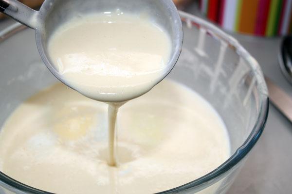 После этого влить оставшееся молоко, добавить растительное масло и хорошо перемешать. Тесто должно быть достаточно жидким и текучим, чтобы блинчики получились тонкими.