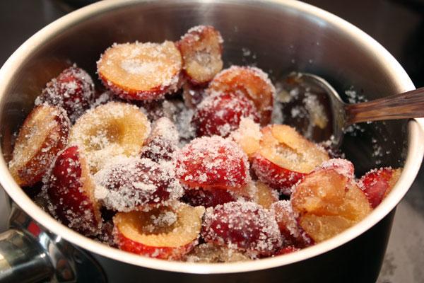 Добавить к сливам сахар, перемешать и поставить на маленький огонь, периодически помешивая.
