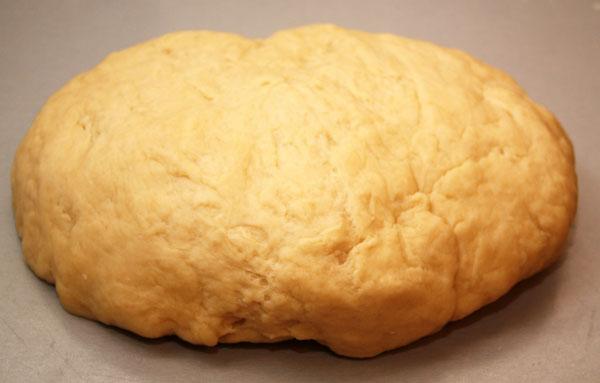 Месить тесто нужно до тех пор, пока оно не станет однородным и эластичным.