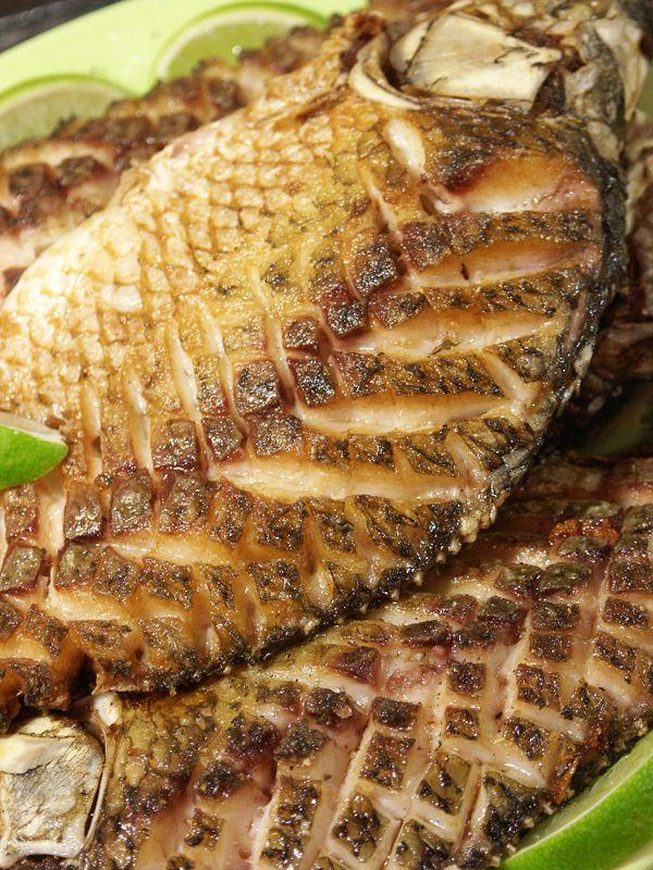 Готовую рыбу выкладываем на тарелку. Слегка сбрызнем смесью сока лайма и кунжутного масла (на столовую ложку сока пять - шесть капель масла).
