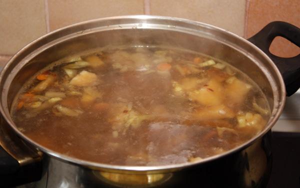 Обжаренные овощи кладем в суп и варим на небольшом огне еще минут 5. Будет нелишним, если после выключения огня он постоит полчасика и настоится.
