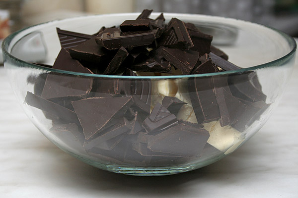 Разламываем темный шоколад (70% какао), масло нарезаем кусочками и кладем в миску.