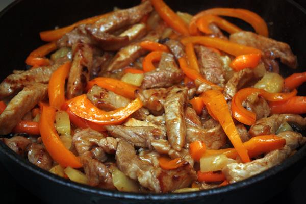 Когда свинина приготовится, добавляем к ней овощи, перемешиваем и немного прогреваем.   Вот и все, блюдо готово!