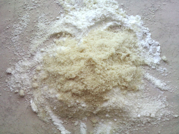 Миндальную муку хорошенько перемешиваем с сахарной пудрой. Пудру лучше всего брать промышленного производства, потому что в домашних условиях смолотый сахар не получается настолько тонким.