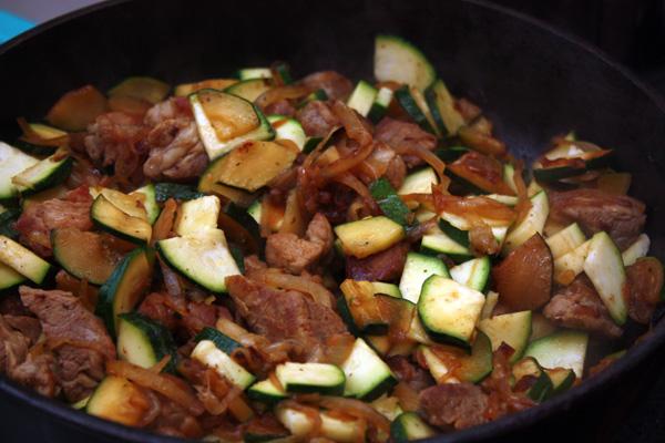 Кабачок цуккини (понадобится один небольшой кабачок) режем вдоль на 4 части, а затем тонкими ломтиками. Выкладываем в сковороду и быстро-быстро приступаем к следующему этапу.