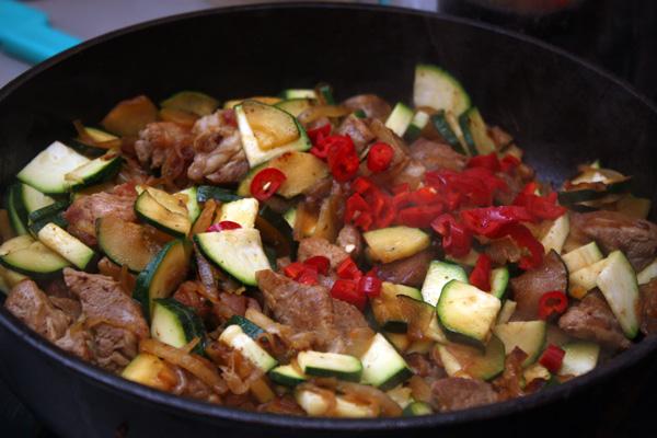 Теперь нужно добавить блюду остроты и пикантности. В этом нам поможет острый красный перчик и соевый соус. Будьте аккуратны с перцем, когда будете резать его на мелкие кусочки, а если у вас чувствительная кожа, лучше надеть перчатки.<p>Вместе с перцем добавляем соевый соус и немного сухого белого вина (по желанию). Тщательно перемешиваем и готовим еще 2-3 минуты.