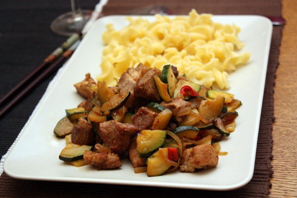 Подавать блюдо можно и как самостоятельное, и с каким-нибудь гарниром. Думаю, что хорошо подойдет рассыпчатый рис или лапша.