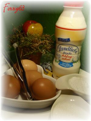 Стручки ванили разрезать вдоль, выскоблить кончиком ножа мякоть, добавить её в кастрюльку со сливками, поставить кипятить.<br>Яйца хорошо растереть с сахарной пудрой.<br>Очень осторожно, по стеночке, добавить горячие сливки к яичной массе непрерывно помешивая, так чтобы яйца не свернулись.<br>Эту операцию лучше далать вдвоём, один мешает, другой вводит сливки.
