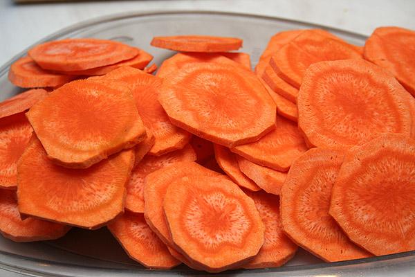 Вымыть и почистить морковь. Нарезать ее тонкими кольцами. Но по желанию можно и брусочками, тоже отлично получается.