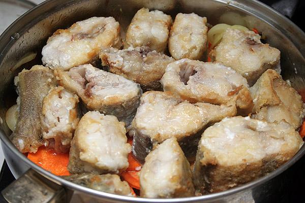 Выложить слоем в сковороду на приготовленные овощи и накрыть рыбу еще одним слоем овощей сверху.