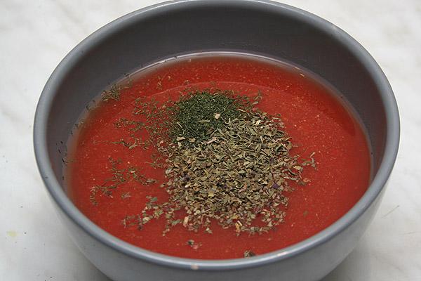 Приготовить соус: томатный сок смешать с выдавленным чесноком, черным перцем, солью, укропом, тмин.