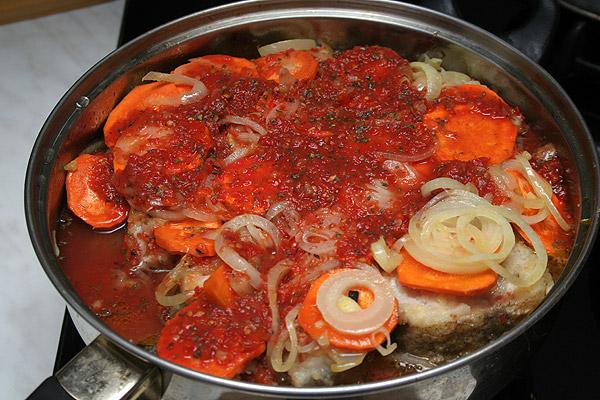 Залить рыбу с овощами соусом о поставить тушиться под крышкой на медленном огне в течении 40 минут.