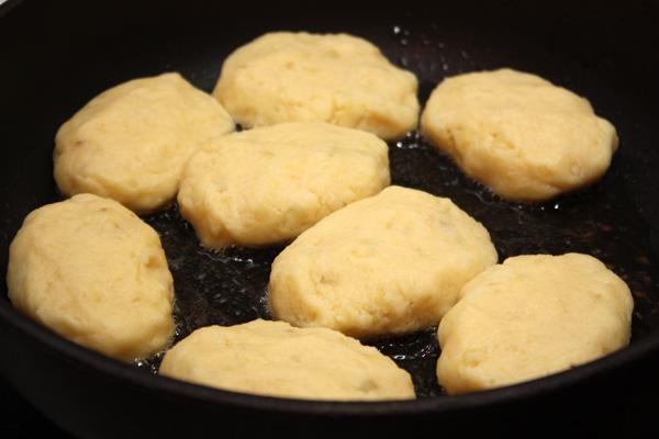 Из получившегося теста лепим котлетки (или круглые биточки) и выкладываем на горячую сковородус растительным маслом.