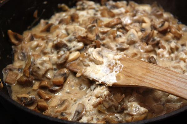В грибы положить обжаренную муку, посолить. Если будет совсем сухо (а это зависит от грибов), то можно добавить чуть-чуть кипятка и продолжать готовить на небольшом огне при постоянном помешивании.