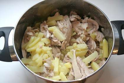 Картофель очистить и нарезать брусочками, добавить в кастрюлю.<p>Варить еще 20 минут.
