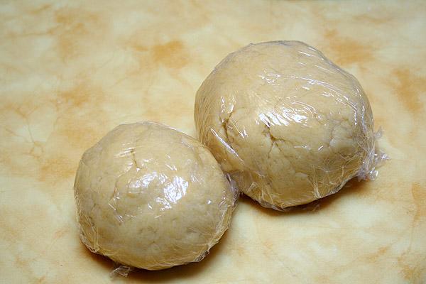 Разделяем тесто на две части, примерно 2/3 и 1/3, заворачиваем в пленку и в холодильник на 1 час.
