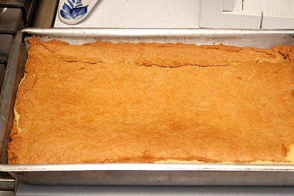 Процесс выпекания проходит не обычно. Сначала ставим в 180-и градусную духовку на 50 минут. Потом накрываем фольгой и ставим ещё на 40 минут. Достаем, убеждаемся что пирог наше чудо пропеклось и охлаждаем до комнатной температуры.<p>Потом на 2 часа в холодильник и можно подавать!