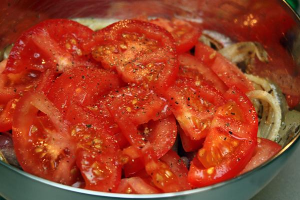 Выкладываем обжаренные овощи в миску, туда же добавляем нарезанные помидоры, соль, перец и уксус.<p>Масло в этот салат добавлять не нужно, его достаточно в обжаренных овощах.