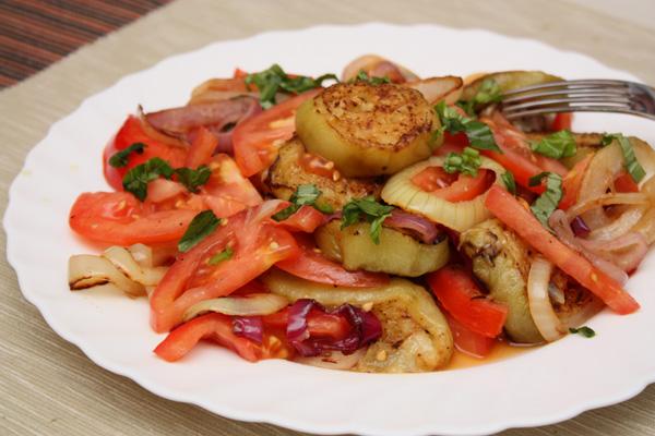 В готовый салат нужно добавить мелко нарезанную зелень — петрушку, кинзу или, как в моем случае, — базилик.<p>Надо заметить, что базилик отлично вписывается в гармонию ароматов этого салата. Очень рекомендую попробовать.