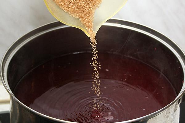 Налить стакан отвара и отставить, остальной снова поставить на печь — пусть закипает. Всыпать сахар.