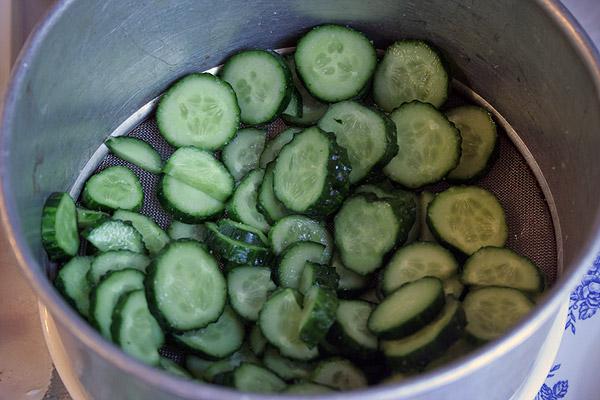 Нарезать кольцами огурец. Выложить на дуршлаг (или сито), снизу подставить сосуд для стекания огуречного сока. Огурцы посолить и оставить на 30 минут.