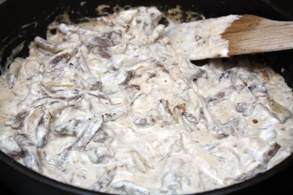 Теперь в мясо нужно положить сметану, размешать и прокипятить в течение пары минут.<p>Мясо рекомендуется посыпать зеленью и подавать с картофелем, но мне кажется, что салата будет достаточно, так как бефстроганов получается очень сытным сам по себе.