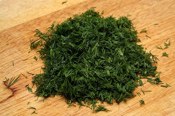 Укроп, вымыть, обсушить и мелко нарезать. Немного укропа отложить для украшения салата.